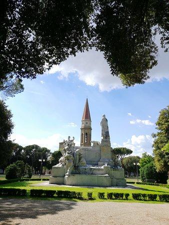 Parco della Fortezza Medicea: Il duomo nascosto dalle statue