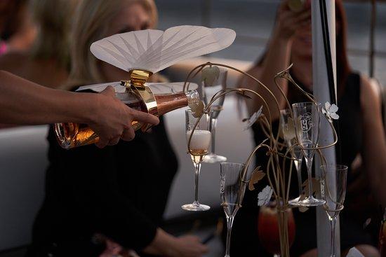 Disfruta de una copa de champagne que te haga vivir junto a nosotros #MomentosCasaCasco de lujo 🥂