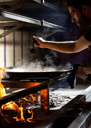 Arros QD chefs cooking paella a la llama