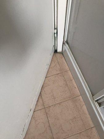 Appartement non conformes aux photos publiées sur Booking.com. Aucune femme de ménage n'est passée avant notre arrivée au vue de la saleté et des objets retrouvés.  Appartement fonctionnel mais ne vaut pas du tout le prix et mérite un gros rafraîchissement. Très déçue
