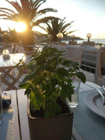 Thokos Cafe Bar Pizza Bistro: столик