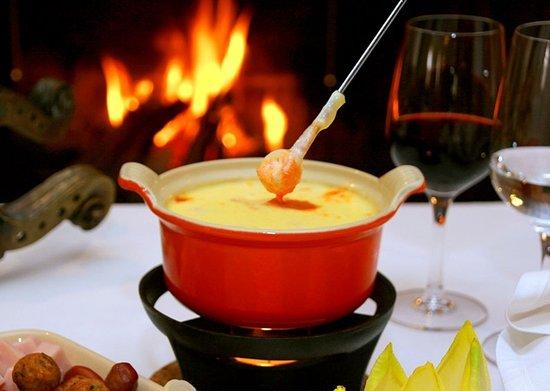 Charpentier: Fondue de Queijo Gruyère - Servido com cubos de pão e canequinhas de batatas.