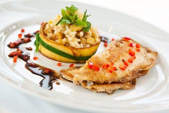 Charpentier: Truta-da-Terra - Truta ao molho balsâmico com risoto de banana-da-terra e queijo coalho.