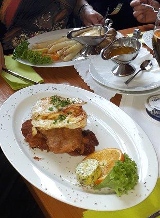 Schnitzel Holstein, und Spargel mit Kartoffeln