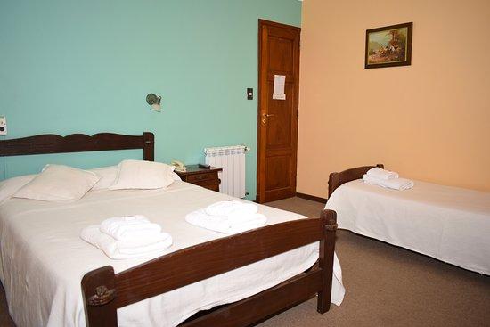 Hotel Ideal: habitacion triple estandar. con baño privado , tv, calefaccion central y ventilador de techo,caja de seguridad, vista a la ciudad.