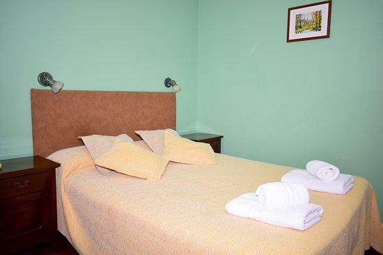 Hotel Ideal: Habitacion doble estandar matrimonial , baño privado, tv, calefaccion central ,  vista a patio interno .