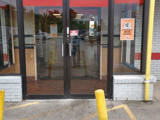 Burger King: Entrance Note sign on door No photos allowed?