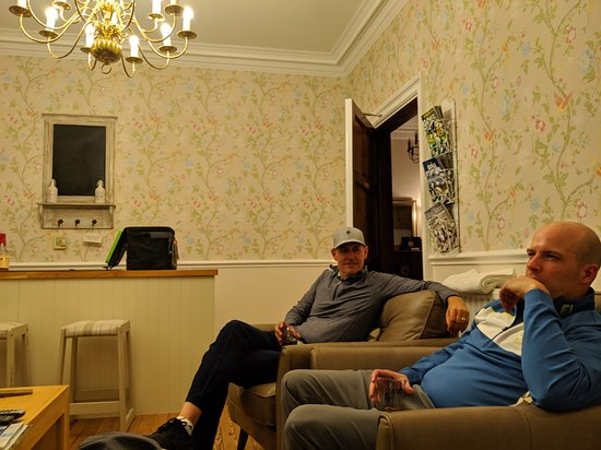 St Michaels, UK: This is the guest lounge that gave us a place for us to hang out and talk about our day and round.  It had a nice TV, cooler with stocked drinks, glasses, etc.  It was very cozy and Tom even shared some great Whiskey with us!