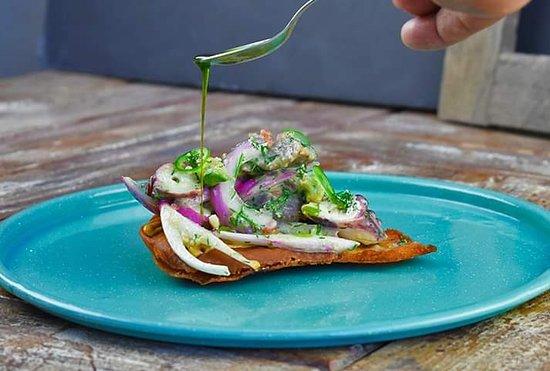 tostada de pan árabe con ajo y hierbas, ceviche de atún con pulpo y leche de tigre, sinergia de cocina de Baja Sur y Lima Perú.