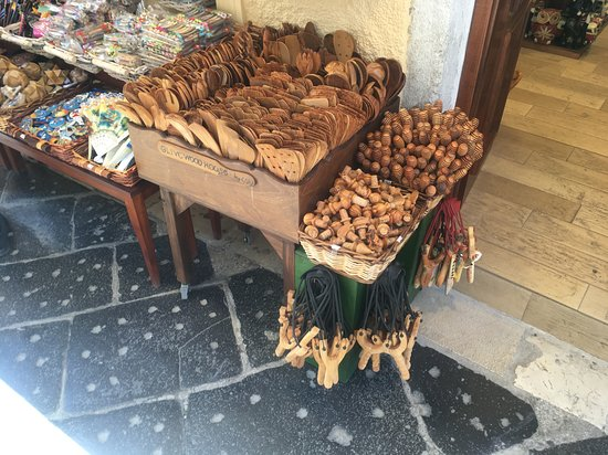 City Sightseeing hop-on hop-off-bustour door Korfoe: Olive wood souvenirs.