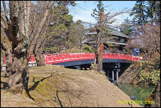สะพานแดงก่อนจะถึงตัวปราสาท