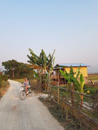 WEStay @ The Grand Nyaung Shwe Hotel, Inle Lake: Катаемся по деревне