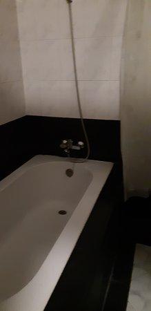 WEStay @ The Grand Nyaung Shwe Hotel, Inle Lake: Ванная комната в делюксе