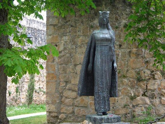 Princesa Kristina de Noruega. Esposa del Infante Felipe de Castilla. Escultura frente a la Ex Colegiata de San Cosme y San Damián (de la que Felipe fue Abad) en Covarrubias (Burgos). Relacionado con la Ermita o Capilla de San OLAV. A 5 km de Covarrubias.