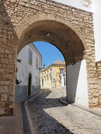 Arche dans l'enceinte des murs de la vieille ville de Faro (Portugal) - Mai 2019