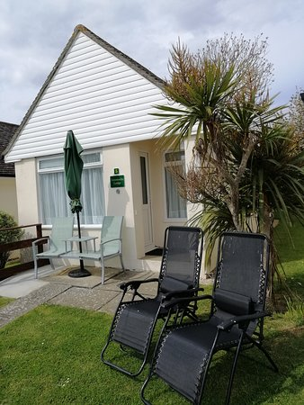 Golden Acre Jurassic Coastal Lodges: Amonite Lodges sleep 2, Luxurious Linens & Towels Included. Free on Site parking and Wifi. Well equipped kitchen/dining area. Large walk-in ensuite shower. Short stroll to Village Pub, Smugglers Bar and Eype beach. Pet friendly. Open all year round.