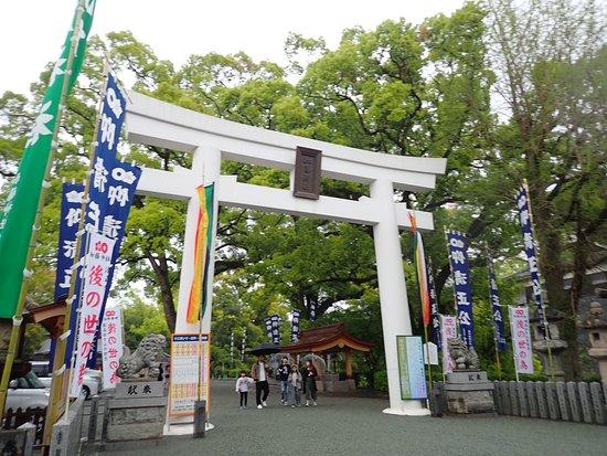 加藤神社の巨大な白い鳥居。