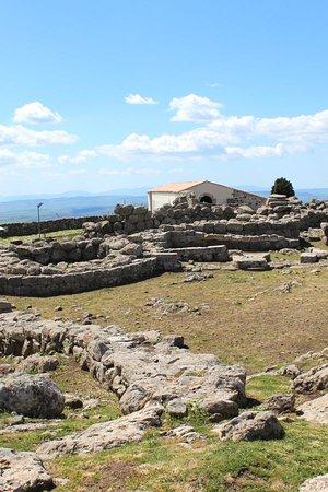 Serri, อิตาลี: Chiesetta in stile romanico presente nell'area archeologica Santa Vittoria.