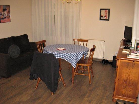 Wohn/Esszimmer - es gibt noch eine weitere Couch. Hinten TV