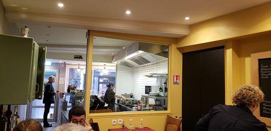 Entrada do restaurante com a cozinha aberta. A cozinheira é um luxo!