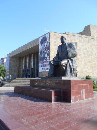 Памятник Р. Гамзатову у Русского театра в Махачкале