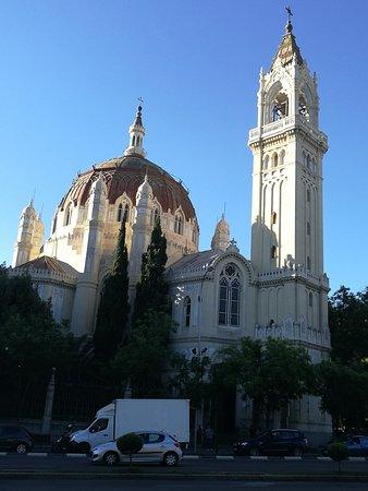 Iglesia de San Manuel y San Benito: Fachada desde el Retiro.