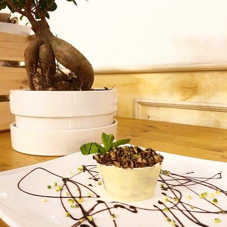 La Scesa: Mousse fondente con granella di pistacchio e cestino al cioccolato bianco