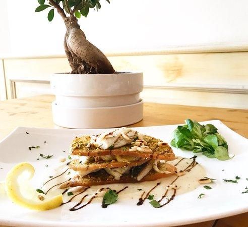 La Scesa: Millefoglie di spigola con crostini di pane al pistacchio e pinoli tostati