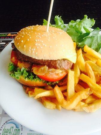 Saint-Vite, France: Hamburger entièrement maison, frite maison pomme de terre locale