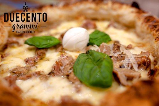 Duecento Grammi - Pizzeria Gourmet: 🔸 FELIX 🔸  La Pizza della Campania Antica, la cosidetta Campania Felix.  Ecco a voi la nostra proposta:  - Salsiccia di maialino nero casertano; - Funghi porcini; - Salsa di noci; - Provola; - Scagli di parmigiano, - Olio Evo.