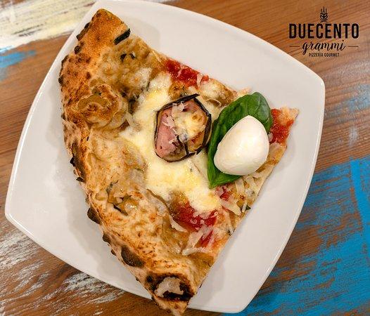 """Duecento Grammi - Pizzeria Gourmet: 🍆 PARMIGIANA FUSION 🍆  ⭐️ LO SAPEVI CHE? ⭐️ Amatissime, tanto da venire considerate le """"regine dell'estate"""" per la loro versatilità in cucina, le melanzane si prestano a ricette varie e golose, solitamente apprezzate anche dai bambini.  La nostra proposta:  - Caviale di Melanzane perline; - Ragù di San Marzano DOP; - Provola di Agerola; - Involtini di melanzane striate; - Scaglie di Parmigiano Reggiano 36 mesi, - Olio Evo Oro di Caiazzo - Frantoio Oleario Marco Mondrone ."""