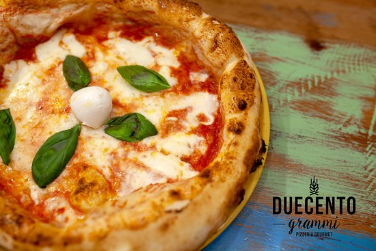 Duecento Grammi - Pizzeria Gourmet: 🔸 LA REGINA MARGHERITA🔸  La pizza margherita è la regina delle pizze, la più tipica pizza napoletana preparata con il tradizionale morbido impasto a base di acqua, farina, olio, sale e lievito e condita con polpa di pomodoro o pelati e mozzarella, un filo d'olio d'oliva e qualche immancabile fogliolina di basilico fresco. Insieme alla classica pizza marinara è sicuramente una delle varianti più conosciute al mondo.