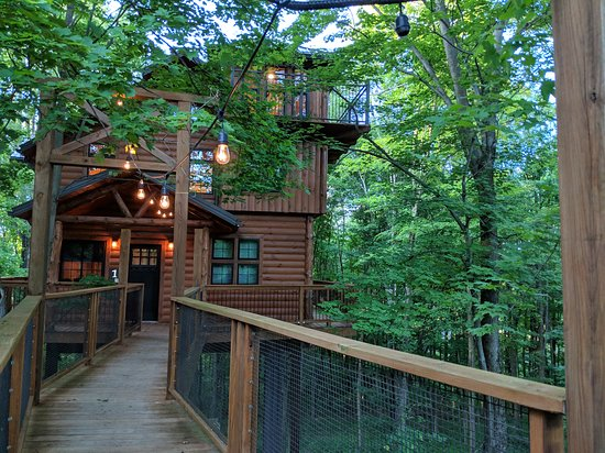 Picture perfect log cabin thats close to home