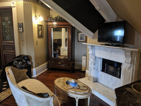 The Gingerbread Mansion Inn: We were in the empire suite and it was huge! This room has 2 fire places!!! Cable and Wifi is provided and there's a sink in the room for water aside from the bathroom sink.