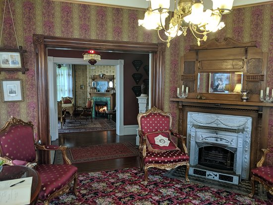 The Gingerbread Mansion Inn: Additional rooms through out the house were you could enjoy the living space