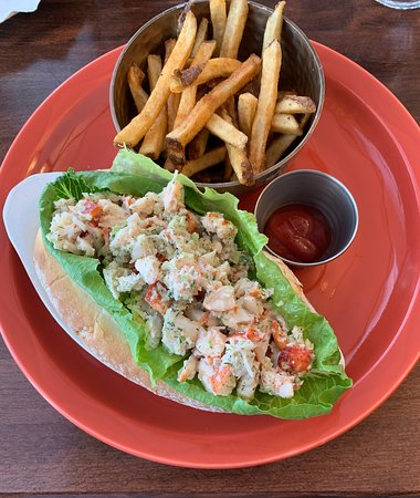 Salmon River Bridge, แคนาดา: Lobster roll with fries