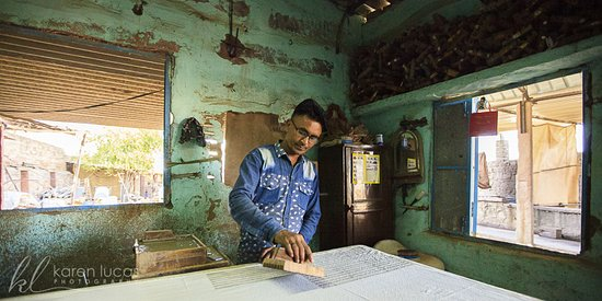 Chandelao, Indie: Visit to the last remaining Block Printer in the nearby village of Pipar