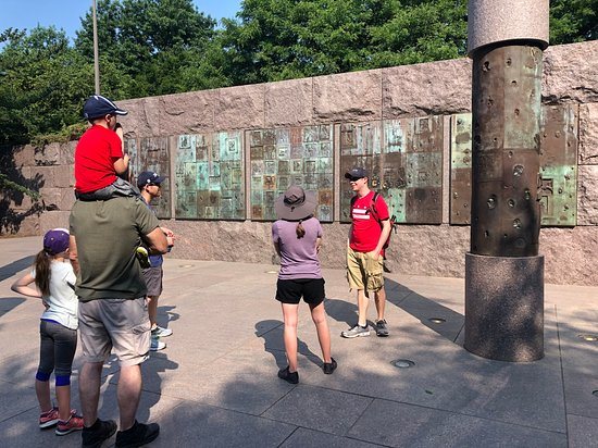 Trivia Monumental en el Tour de Crepúsculo: Memorials Tour. As you can see there are no plaques around to explain this wall, and even if there was we learned so much about how it was made and controversies around it that we would have never known without a tour.