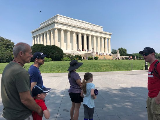 Trivia Monumental en el Tour de Crepúsculo: Rob took care to keep us in the shade when explaining things before going into monuments and memorials that were crowded. This was really nice because we could hear him well and we didn't get too hot at all during the tour.