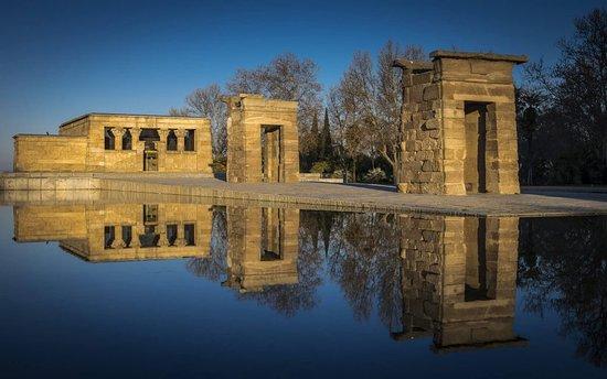 Ein fantastisches Fotomotiv bietet sich im Parque del Oeste in Madrid. Denn dort befindet sich der prächtige Isis-Tempel von Debod, der einst 15 Kilometer von Philae in Ägypten stand und hier in Madrid Stein für Stein wieder aufgebaut wurde. (Foto: Reisepuzzle Reiseblog)