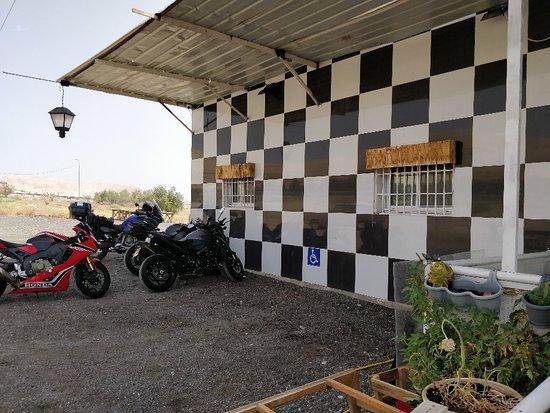 מקום מושלם, להפסקה קלה לרוכבי אופנועים ביום חם...