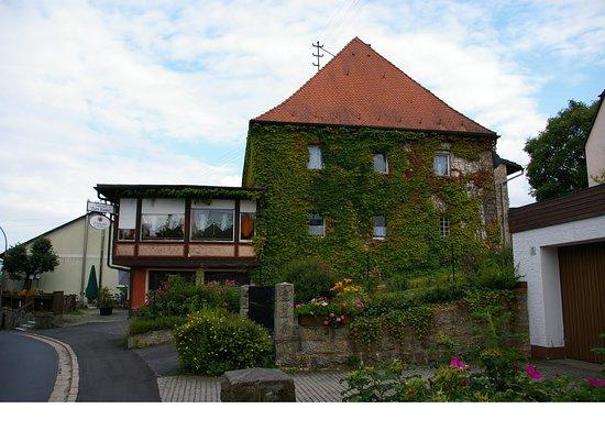 Friedenfels, Nemecko: Haupthaus mit Bierstüberl. Anbau mit Panoramarestaurant
