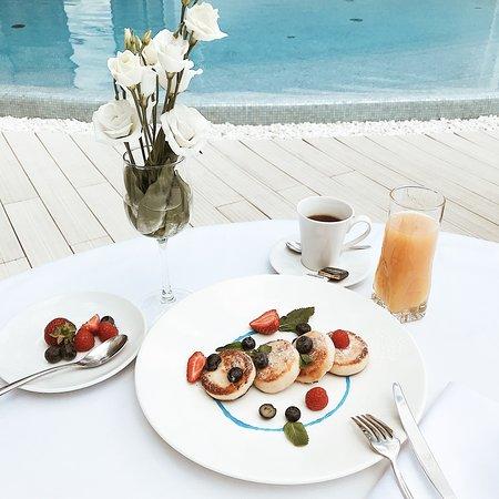 Пышные, горячие сырники в сопровождении нежнейшего ванильного крема и свежих ягод, станут лучшим началом вашего дня!