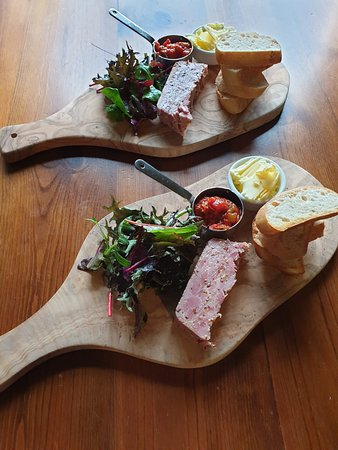 Castleton, UK: Share a board while sitting in the beer garden with stunning views