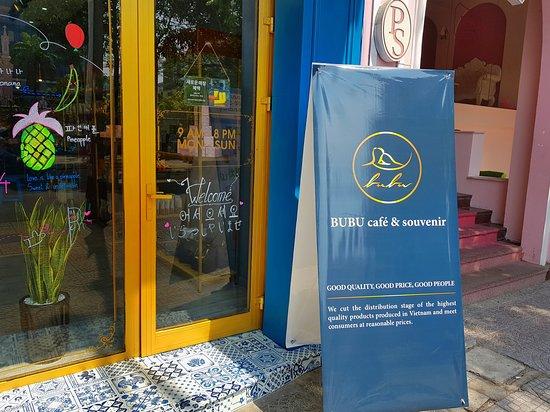 Bubu Cafe and Souvenir. Good Quality - Good Price - Good People. Located in 169 Tran Phu st, Opposite Pink Church.  다낭 부부샵 특별한 기념품 좋은 품질, 좋은 가격, 좋은 사람 주소: 169 Tran Phu길, 다낭. 핑크성당 바로앞에 있음