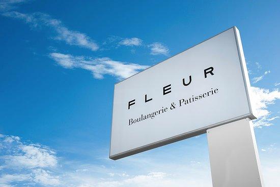 Fleur / Boulangerie-Patisserie: Εξωτερική σήμανση FLEUR Boulangerie & Patisserie.