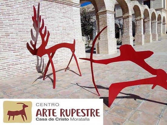 Moratalla, España: Escena de caza representada en el exterior del Centro.