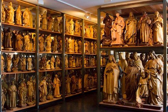 El visitante puede ver los modelos que tenían los talleres de santos de Olot.