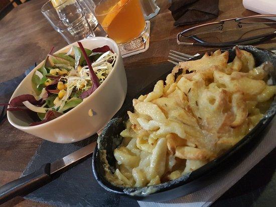 Un cocktail une salade et leur spécialité le tout fait sur place   avec du blues en musique d'ambiance