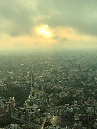 Skip the Line: Dinner Atop the Berlin TV Tower: Aí está ele... o por do sol de BErlim